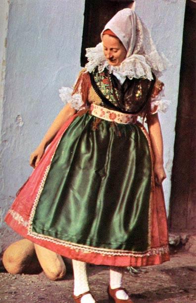 Kapuvári viselet (Győr-Sopron m.) Fiatalasszony ünneplő öltözetben (20. sz.  második fele). 7493fa939e