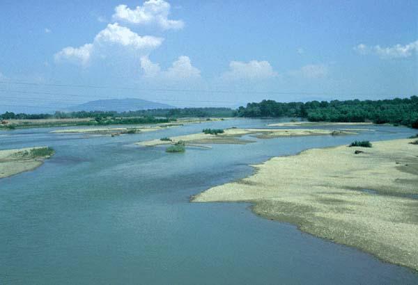 8dcad2a4a4 A Tiszát igen ingadozó vízállás jellemzi. A Felső-Tisza-síkságon is, a  Kárpátalján is (képünkön) hol szigetek közt kanyarog, hol pusztító  árvizekkel rohan ...